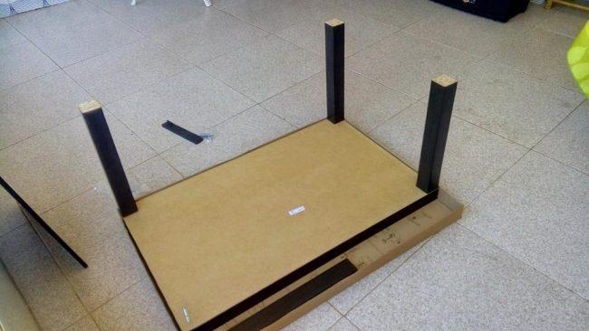 Montando mesa Lack