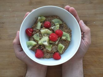 Receta de porridge de Amaranto, quinoa y avena con mantequilla de almendras, kiwis y frambuesas.