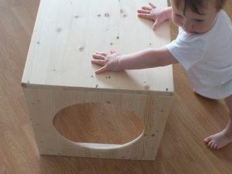 Un cubo para la psicomotricidad de los bebés.