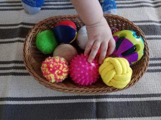 Cesto de pelotas sensoriales.